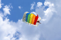 Paraquedas colorido no ar fotografia de stock