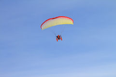 Paraquedas no céu Fotos de Stock