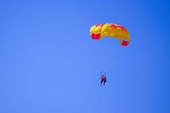 paraquedas no céu azul Imagens de Stock