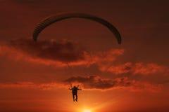 Paraquedas no por do sol imagens de stock