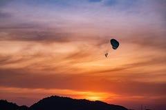 Paraquedas no por do sol do beira-mar foto de stock royalty free
