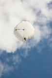 Paraquedas redondo branco no céu azul do fundo com nuvens Imagem de Stock Royalty Free
