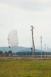Paraquedista da aterrissagem na linha elétrica Fotografia de Stock Royalty Free
