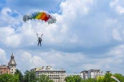 Paraquedista sobre a cidade fotos de stock royalty free