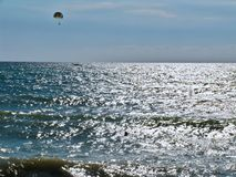 Paraquedista sobre o mar Foto de Stock Royalty Free