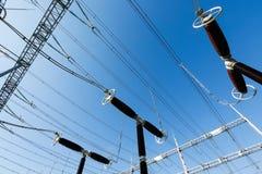 Pararrayos eléctricos de la oleada en la estación de convertidor Foto de archivo libre de regalías