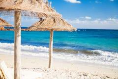 Parasóis da praia em Córsega imagem de stock