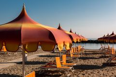 Parasóis e sunbeds em Torre Pedrera perto de Rimini em Itália imagens de stock royalty free