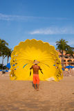 Parasail jaune sur la plage Images libres de droits