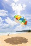 Parasail på den Patong stranden i Phuket, Thailand arkivfoto