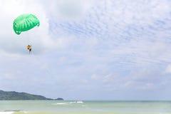 Parasail på den Patong stranden i Phuket, Thailand royaltyfri foto