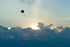 Parasailer alla spiaggia di Karon Fotografie Stock