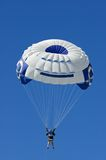 Parasailer gegen blauer Himmel-Vertikale Lizenzfreie Stockfotos