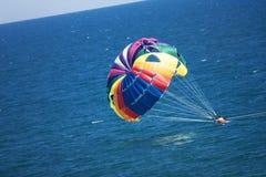 Parasailers tombant en panne en mer Photo libre de droits