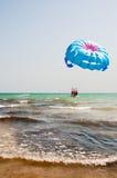 Parasailing über dem Meer lizenzfreie stockfotografie