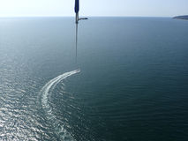 Parasailing über dem Meer Stockbild