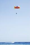 Parasailing über dem Roten Meer Lizenzfreies Stockbild