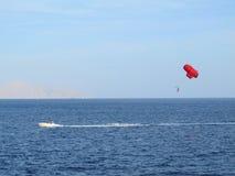 Parasailing κατά την πλάγια όψη της Αιγύπτου από μακρυά Στοκ φωτογραφία με δικαίωμα ελεύθερης χρήσης