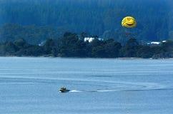 Parasailing πέρα από τη λίμνη Rotorua Νέα Ζηλανδία Στοκ Φωτογραφία