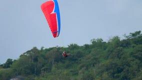 Parasailing πέρα από Nai Harn την παραλία, Phuket απόθεμα βίντεο