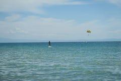 Parasailing στην Ελλάδα στο καλοκαίρι Στοκ εικόνα με δικαίωμα ελεύθερης χρήσης
