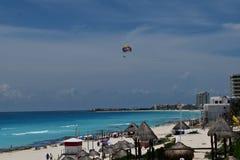 Parasailing στον παράδεισο Cancun στοκ φωτογραφίες