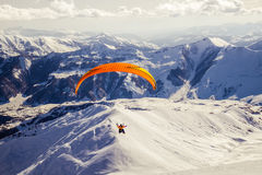 Parasailing στο χιονοδρομικό κέντρο Gudauri, Γεωργία στοκ φωτογραφία