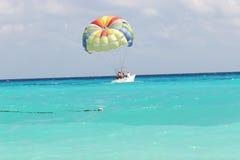 parasailing шлюпки Стоковая Фотография
