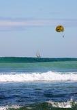 Parasailing au-dessus d'un bateau Photos libres de droits