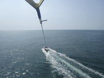 Parasailing au-dessus de la mer Image libre de droits