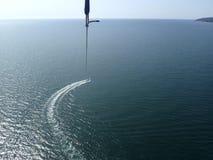 Parasailing au-dessus de la mer Image stock