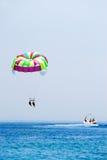 Parasailing auf Ferien Lizenzfreies Stockbild