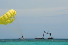 Parasailing bei Punta Cana Stockfotos
