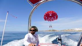 Parasailing - conducción del barco de la velocidad Foto de archivo libre de regalías