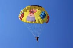 Parasailing del hombre (en cielo turco con la crescent) Imagenes de archivo