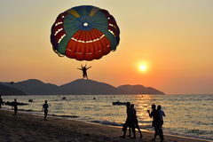 Parasailing di tramonto Fotografie Stock