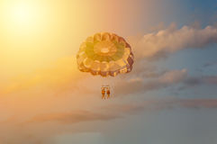 Parasailing durante puesta del sol Imagenes de archivo