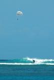 Parasailing e praticare il surfing fotografia stock libera da diritti