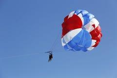 Parasailing in een blauwe hemel in Punta Cana, Dominicaanse Republiek Royalty-vrije Stock Foto's