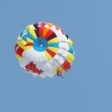 Parasailing in einem blauen Himmel Stockfotos