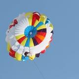 Parasailing in einem blauen Himmel Stockbild