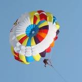 Parasailing in einem blauen Himmel Lizenzfreies Stockbild