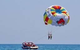 Parasailing in einem blauen Himmel Stockfotografie