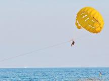 Parasailing in einem blauen Himmel Lizenzfreie Stockfotografie