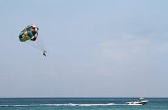 Parasailing en el océano en Cozumel México foto de archivo