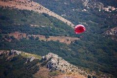 Parasailing. Fondo de la montaña Fotos de archivo
