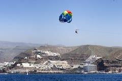 Parasailing in Gran Canaria met vulkanisch landschap op achtergrond stock afbeeldingen