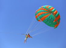 Parasailing i en blå himmel Arkivbilder