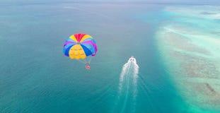 Parasailing i Maldiverna Royaltyfria Bilder