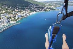 Parasailing i sommar på Adriatiskt havet Arkivbilder